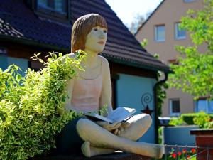 """Das Lehrhaus in Marktheidenfeld - Figur """"Die Lesende"""" von Hilde Würthmann"""